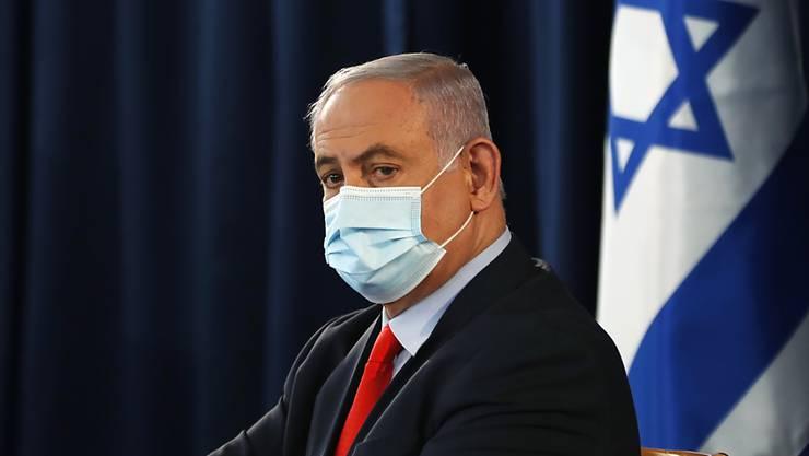 """Der israelische Premier Benjamin Netanjahu trägt während der wöchentlichen Kabinettssitzung eine Maske. Angesichts eines Neuanstiegs von Corona-Infektionen in Israel hat Netanjahu die Bürger zu mehr Disziplin gemahnt. (Zu dpa """"Neuanstieg von Corona-Infektionen: Netanjahu mahnt Israelis"""") Foto: Ronen Zvulun/Pool Reuters/AP/dpa"""