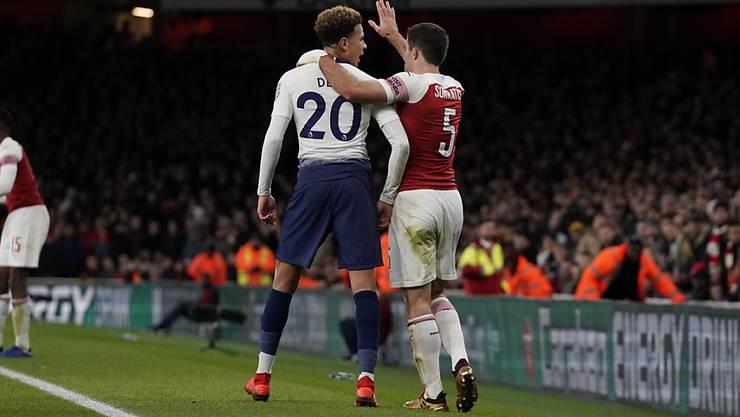 Tottenhams 2:0-Torschütze Dele Alli (links) wird beim Torjubel von einer Flasche getroffen - Sokratis versucht zu beschwichtigen