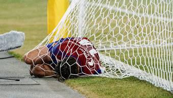 Statt dem Ball liegt Valentin Stocker in Linz im Tornetz. Durch das Ausscheiden rückt die Champions League für den FCB in Zukunft in weite Ferne.