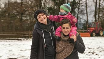 Sara (r.) und ihre Frau Carmen Keller mit der gemeinsamen Tochter Joa. Elisabeth Real