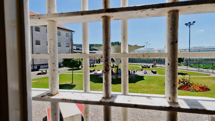 Blick aus der Justizvollzugsanstalt Lenzburg – hier sitzt etwa der kranke Dirnenmörder Tobi B. im fürsorgerischen Freiheitsentzug.