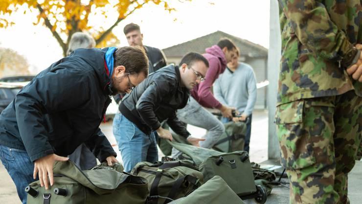 Wehrmänner (und Frauen) Entlassung in Lenzburg. Hunderte von Soldaten geben ihre Ausrüstung nach beendigung ihrer Dienstzeit der Armee zurück.