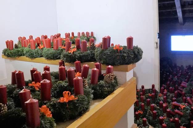 Über 140 Adventskränze stehen in der Löwenscheune und sind bereit für die Verteilaktion.