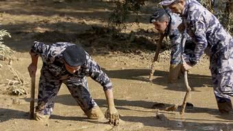 Jordanische Rettungskräfte auf der Suche nach Lebenszeichen südlich der Hauptstadt Amman.