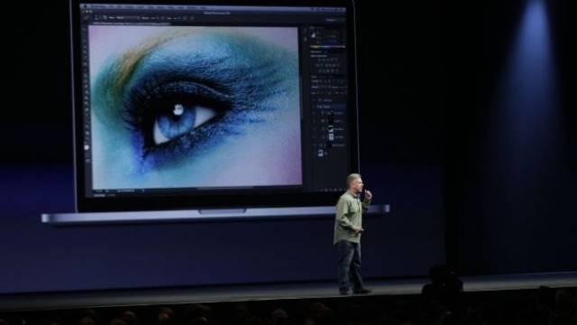 Streit um das Foto mit dem Auge: Apple-Marketing-Chef Phil Schiller bei der Vorstellung des neuen MacBook Pro im Juni 2012. Keystone
