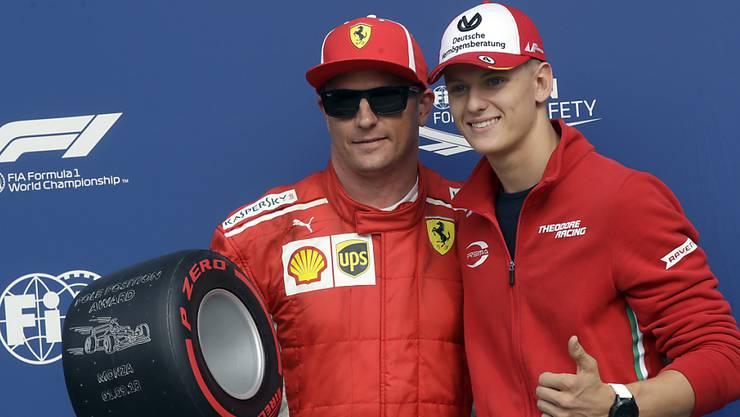 Mick Schumacher posiert mit Ferrari-Fahrer Kimi Räikkönen - die Formel-1-Superlizenz hat er auf sicher
