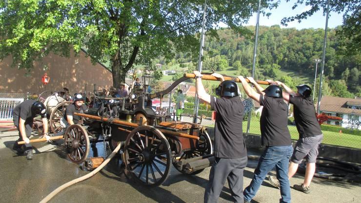 Die alte Hornusser Feuerwehrhandspritze aus dem Jahre 1898 wieder in Aktion.