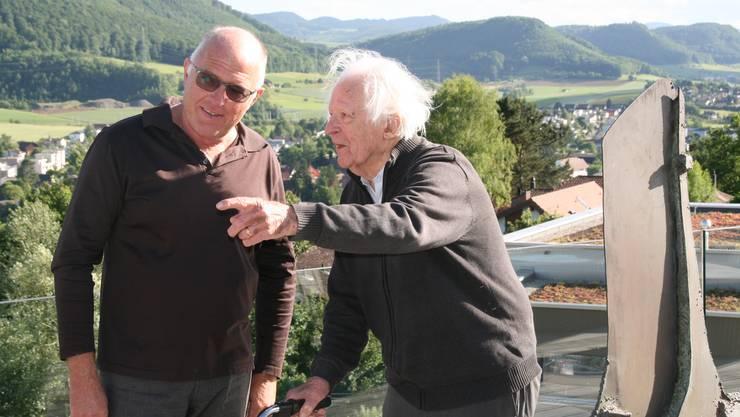 Erwin Rehmann (rechts, mit Gastgeber Peter Stocker) zeigt in der Galerie Artune in Frick eine Auswahl seines vielschichtigen Werkes.