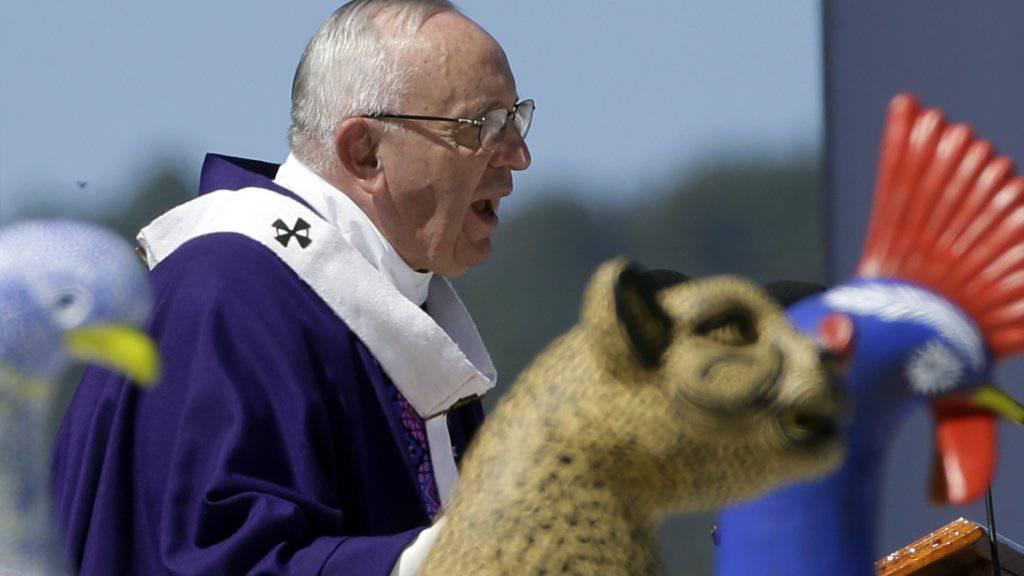 El Papa y los indios - Papst Franziskus spricht zu Mitgliedern der Urbevölkerung von Chiapas in San Cristóbal de las Casas.