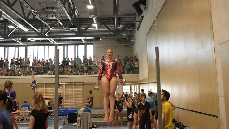 Auf gutem Weg, sich für die Schweizermeisterschaften zu qualifizieren: Alessia Romanelli vom TV Weiningen am Reck.