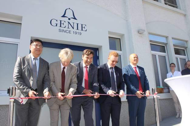 Die chinesischen Investoren (links und rechts aussen) mit von links Jean-Daniel Pasche (Präsident des Branchenverbandes FH), Stadtpräsident François Scheidegger und Patrick Saladin.