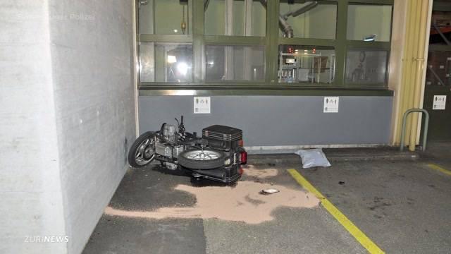 Frau rast mit Motorrad frontal in Hauswand