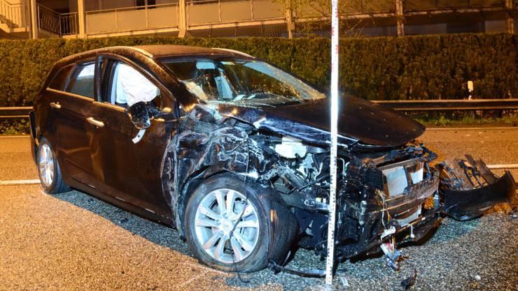 Ein 29-Jähriger schrottete seinen Wagen bei einem Unfall.