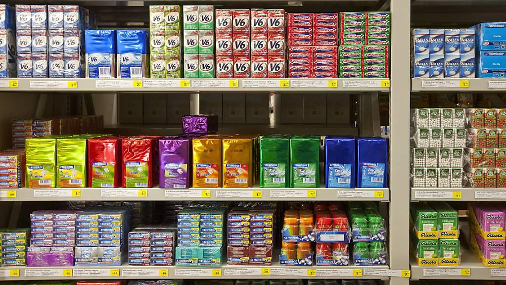 Im Coronajahr 2020 wurden in der Schweiz deutlich weniger Bonbons oder Kaugummis verkauft. Der Umsatz mit diesen Süssigkeiten brach um 12 Prozent ein. (Archivbild)