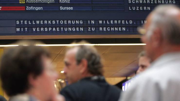 Eine Anzeigetafel informiert Reisende über eine Stellwerkstörung. (Archiv)