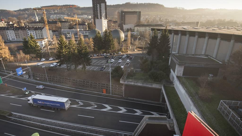 Die Olma plant einen Neubau  und die Überdachung der Autobahn - hier die Sicht über die Autobahn vom Dach der Halle 1.
