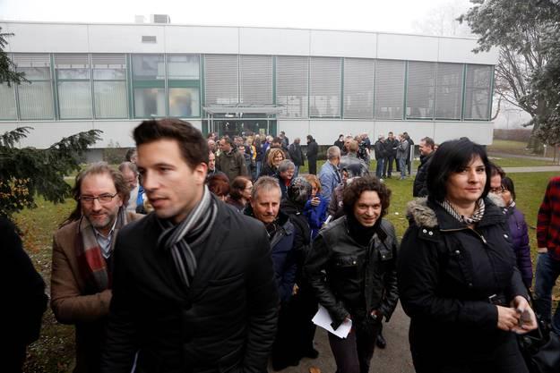 Die Mitarbeiterinnen und Mitarbeiter verlassen nach der Betriebsversammlung das Gebäude.