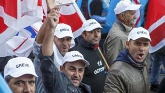 Bauarbeiter auf der Mont-Blanc-Brücke in Genf. Sie Sie ziehen durch die Strassen, um gegen Lohndumping und für das Rentenalter 60 zu demonstrieren.