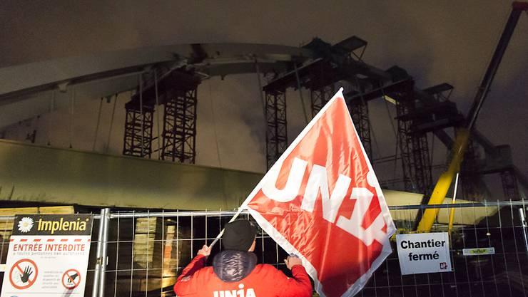 Weil sie Lohndumping bei den Schweissern vermutet, hat die Gewerkschaft Unia die Bauarbeiten an der Bahnbrücke in Massongex gestoppt.