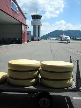 Käselaibe vor dem Flughafen Bern Belp (Bild: Alpar AG)