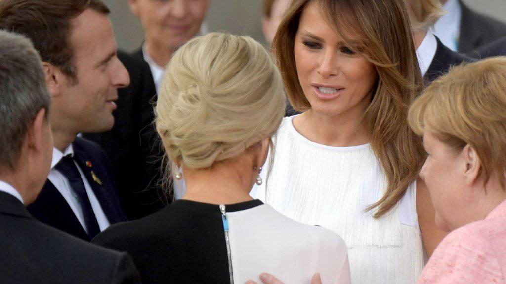 US-First-Lady Melania Trump (Mitte) im Gespräch mit der französischen Première Dame Brigitte Macron (von hinten) vor der Elbphilharmonie - flankiert von Kanzlerin Angela Merkel (rechts) und dem französischen Präsidenten Emmanuel Macron (links).