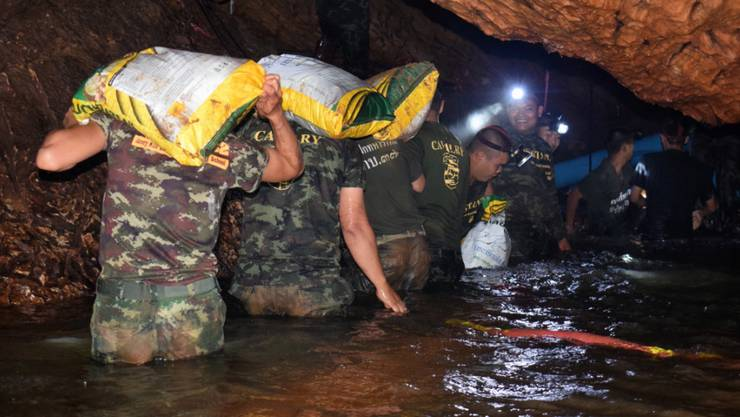 Soldaten tragen Material in die überflutete Höhle, wo die Jungen mit ihrem Trainer neun Tage ausharrten.