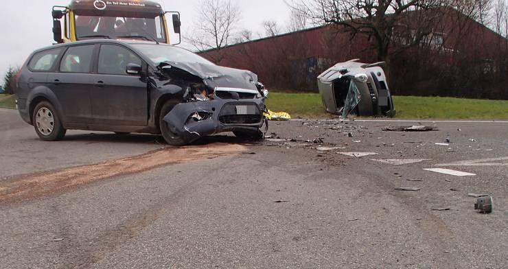 In Zeiningen kam es zwischen einem Nissan und einem Ford zu einer seitlich-frontalen Kollision. Nach ersten Erkenntnissen der Polizei dürfte die Nissan-Fahrerin den Vortritt missachtet haben. Drei Personen wurden beim Unfall verletzt und mussten mit der Ambulanz ins Spital gebracht werden.