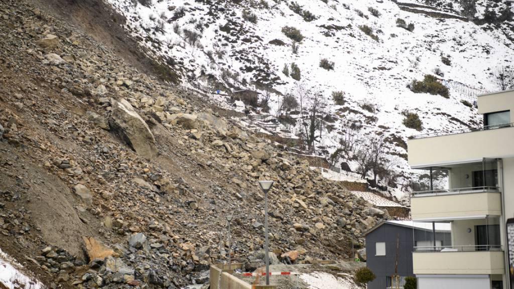 Die Gesteinsbrocken kamen unmittelbar vor einem Wohngebiet in Raron zu Halt. Weil diese das Bett des Bietschbachs verstopften, drohte eine Überschwemmung. (Archivbild)