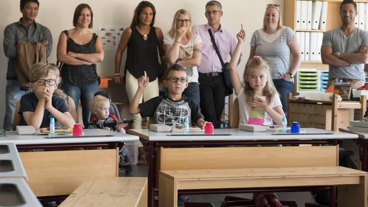 Vier Klassen sowie die Kindergärtler nahmen am Montagmorgen das neue Schulhaus in Betrieb.