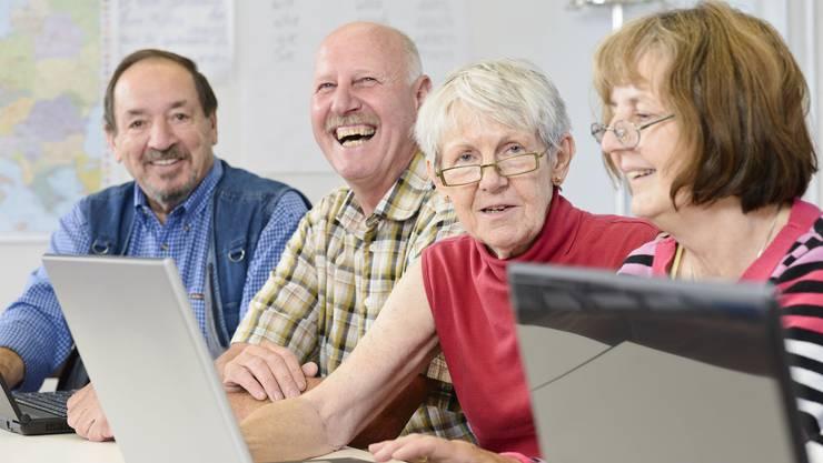 Bildung fördert auch im Alter die geistige Aktivität und das soziale Netzwerk.