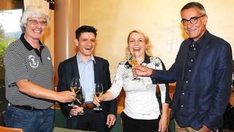Anstossen mit dem neuen Präsidenten: Gery Meier (links) und FDP-Präsident Ruedi Rickenbacher (rechts) mit Matthias Suter und seiner Frau Ursula.