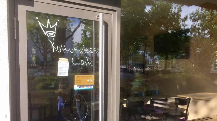 Im Café fielen mehrere Schüsse. Wie man sieht wurde die Türe eingeschossen. Verletzt wurde niemand.