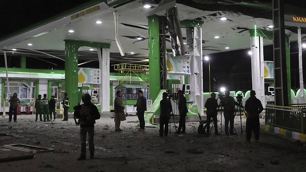 Afghanische Journalisten filmen am Ort eines Bombenanschlags. Foto: Rahmat Gul/AP/dpa