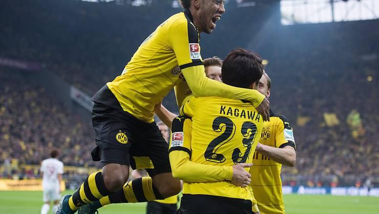 Gegen Augsburg im Torrausch: die Spieler von Borussia Dortmund