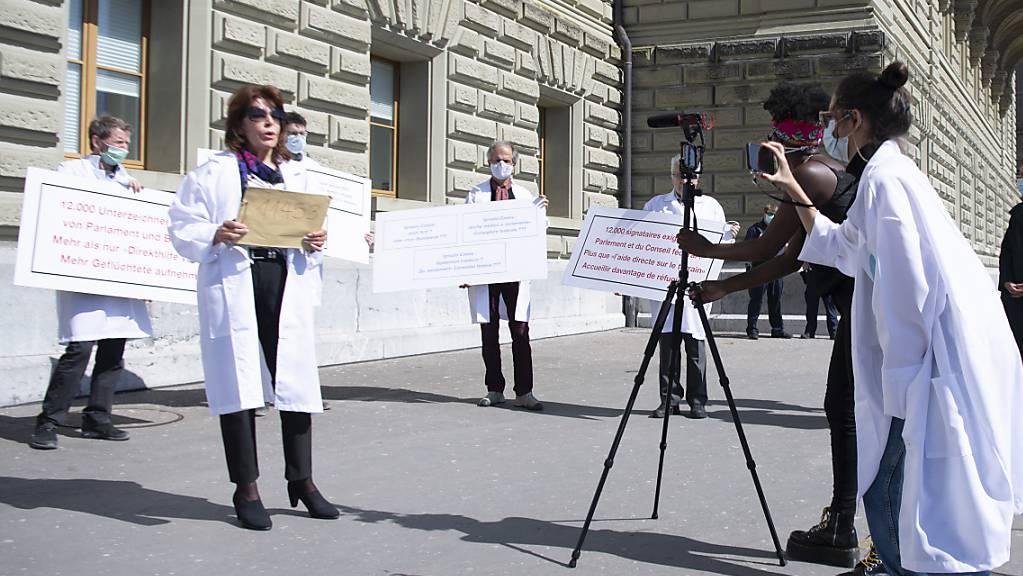 Ärztinnen und Ärzte sowie weitere Personen haben am Dienstag die Petition «Wo bleibt die humanitäre Tradition der Schweiz? Jetzt Flüchtende aufnehmen!» bei der Bundeskanzlei eingereicht.