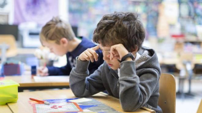 Auch langsame Schüler werden heute in der Regelklasse unterrichtet. Für die Lehrer ist das mit grosser Zusatzbelastung verbunden. Foto: Keystone