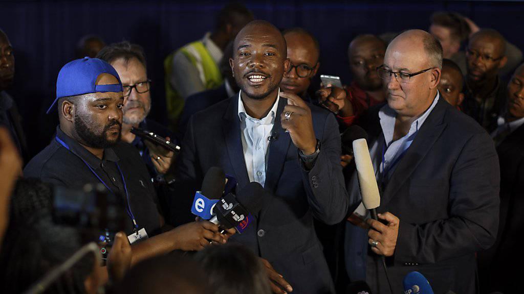 Mmusi Maimane, Führer der Demokratischen Allianz, der grössten Oppositionspartei in Südafrika, kommt nach Auszählung von 90 Prozent der Wahllokale auf einen Stimmenanteil von 21 Prozent. Die Regierungspartei ANC sackt auf ein historisches Tief von 57 Prozent ab, behält aber die absolute Mehrheit.