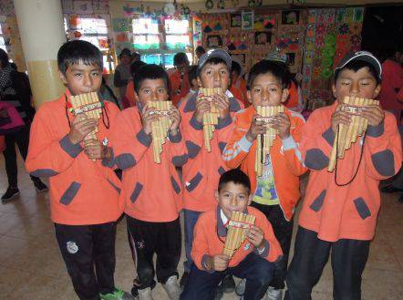 Die Kinder beim musizieren auf der Flöte