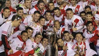 Das Team von River Plate posiert stolz mit der soeben gewonnenen Copa Libertadores
