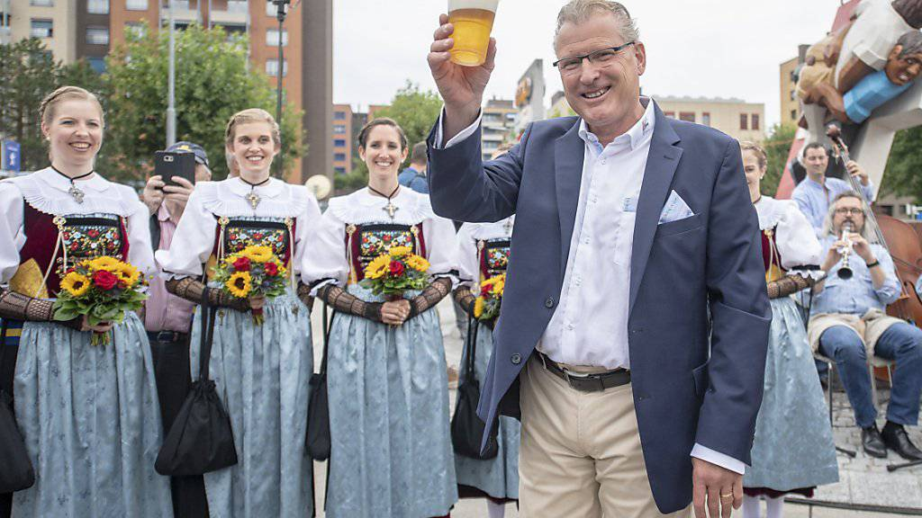 Heinz Tännler, OK-Präsident des Eidgenössischen Schwing- und Älplerfests in Zug, geniesst das erste Bier nach der offiziellen Eröffnung der «Schwingergasse.»