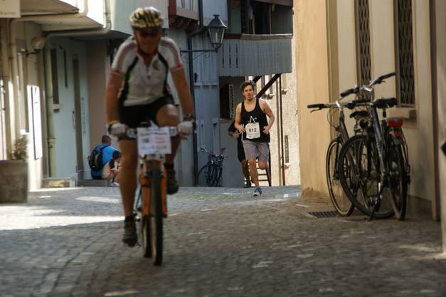 Ein Velofahrer führt die Läufer durch die engen Altstadtgassen