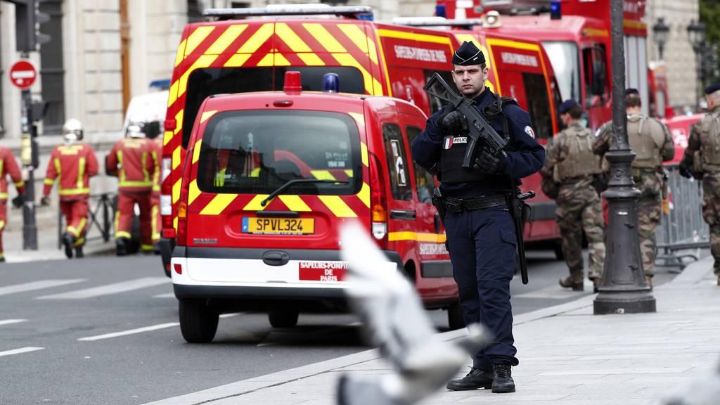 Polizeibeamter ersticht vier Kollegen und wird erschossen