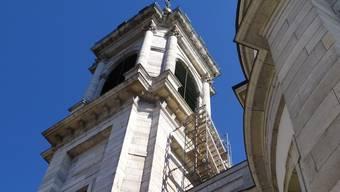 Die Westseite des Turms der St. Ursen-Kathedrale erhält bis im Oktober ein Gerüst