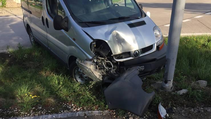 Der betrunkene Lieferwagenfahrer verlor in einem Kreisverkehr in Kaiseraugst die Herrschaft über sein Fahrzeug und prallte frontal gegen eine Strassenlampe.