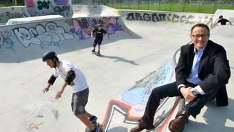 Auf einem «Curb» im «Poolbereich» sonnt sich Rolf Bucher im Glanze des neuen Skateparks.ROB