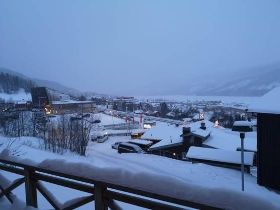 Blick über Åre und den See aus dem Hotelzimmer unseres Reporters Jonathan Schoeffel.