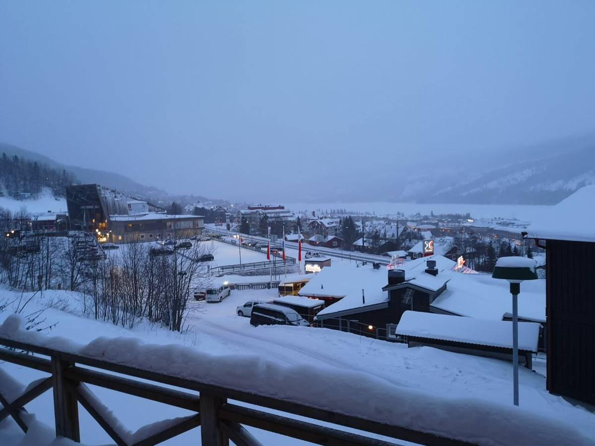 Blick über Åre und den See aus dem Hotelzimmer unseres Reporters Jonathan Schoeffel. (© Radio 24)