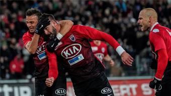 Stefan Maierhofer (rechts) und Teamkollege Elsad Zverotic bejubeln das zwischenzeitliche 1:0 für den FCA. Freshfocus