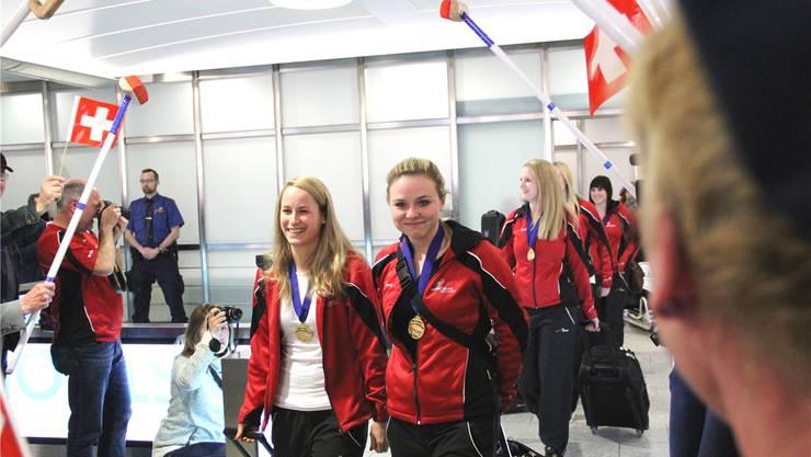 Die Urdorferin Alina Pätz (rechts) holte WM-Gold mit ihrem Curlingteam. Am Flughafen werden die Sportlerinnen mit tosendem Applaus empfangen.