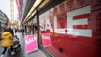 Beim Pfauen in der Freien Strasse sollen riesige Plakate die Kunden ins Kaufhaus locken. Die Höhe der Preissenkungen erfährt man erst dort.